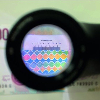 LED overlay magnifier with 8x magnification and scale